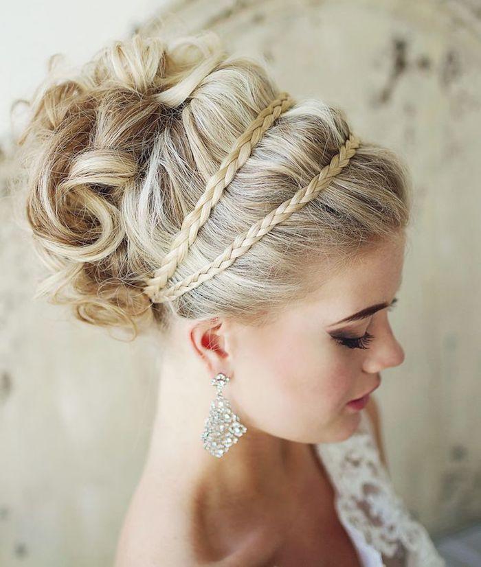 coiffure mariage cheveux long, boucles d'oreilles en cristaux, robe de mariée avec bustier asymetrique