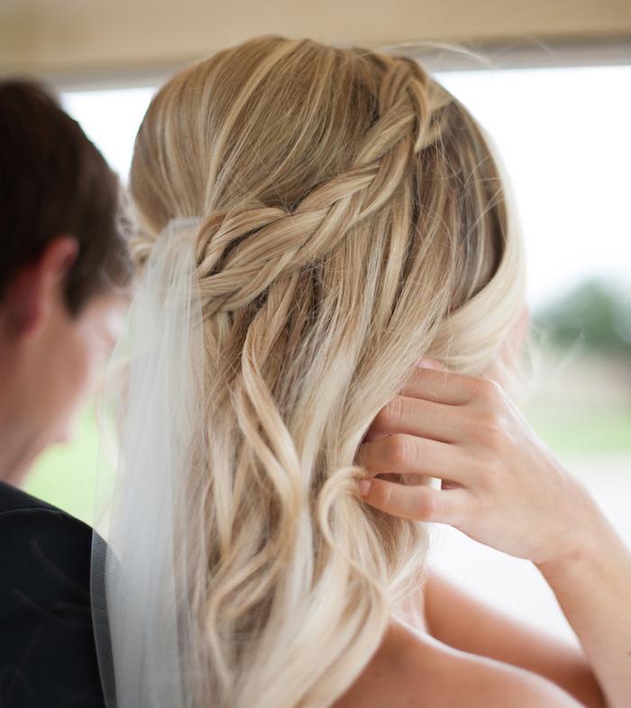 coiffure mariage cheveux mi long, blonde platinum, coiffure avec voile de mariée longue