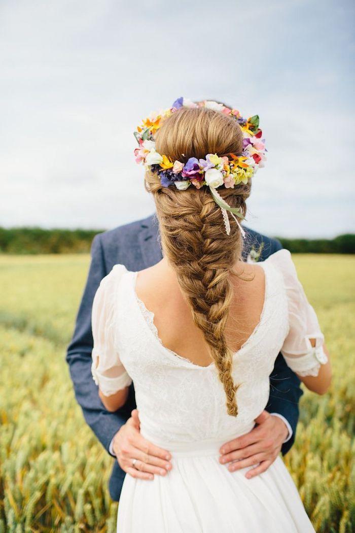 modele de coiffure, couple de jeunes mariés, coiffure bohème avec tresse, robe de mariée avec manches courtes