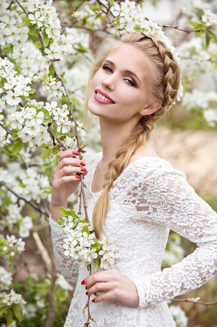 modele de coiffure, vernis à ongle rouge, coiffure avec tresse, couleur de cheveux blonde