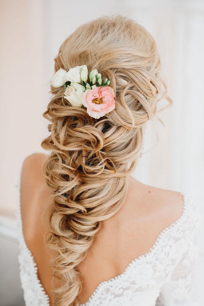 coiffure mariage cheveux long, couleur de cheveux blond platinum, coiffure avec fleurs