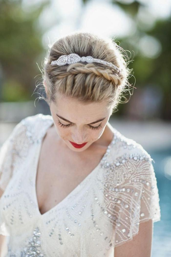 modele de coiffure, diadème en cristaux, rouge à lèvre, coiffure mariage tresse