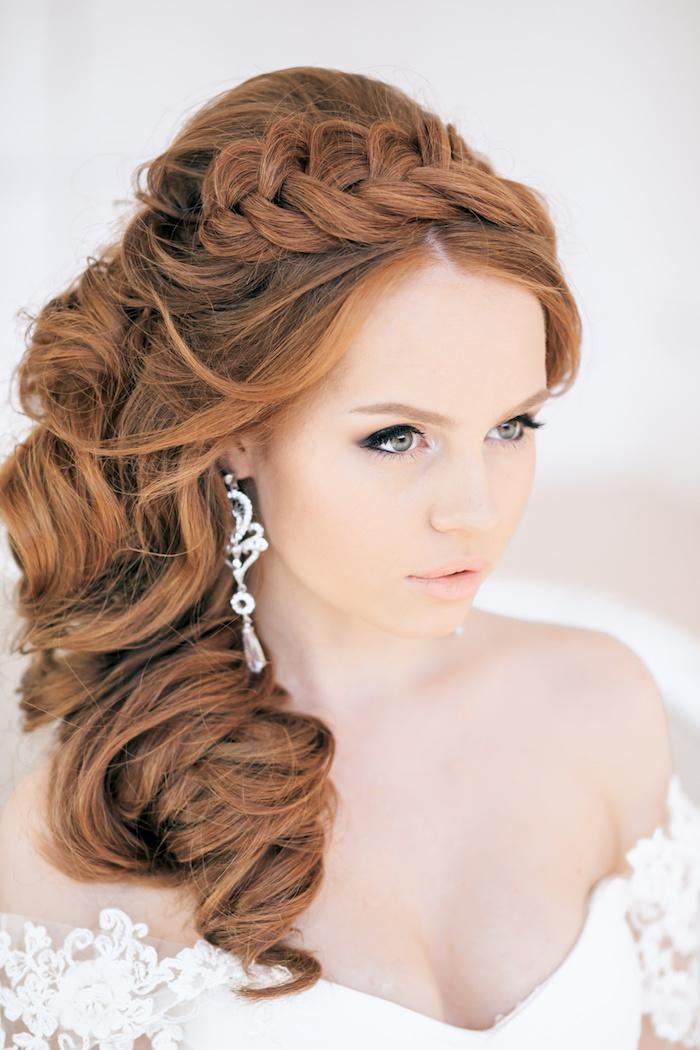 modele de coiffure, couleur de cheveux orange, boucles d'oreilles en cristaux