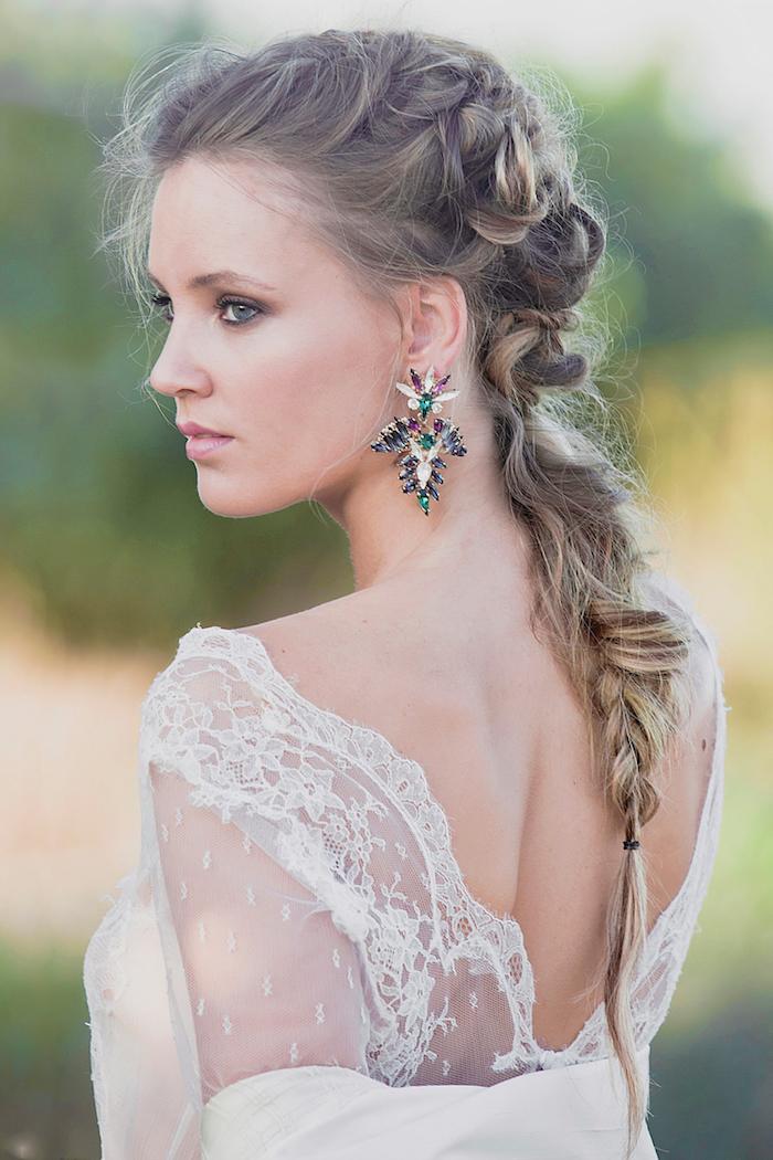 coiffure mariage cheveux long, robe de mariée avec dos en dentelle florale, coiffure avec tresse