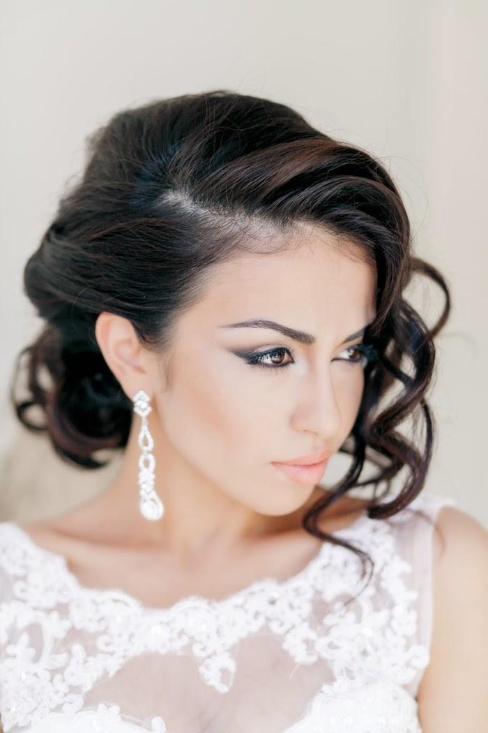 accessoire cheveux marriage, coiffure avec boucles, couleur de cheveux noire, coiffure de mariée