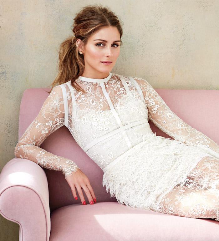 modele de coiffure, robe de mariée en dentelle avec manches longues, cheveux châtain foncé