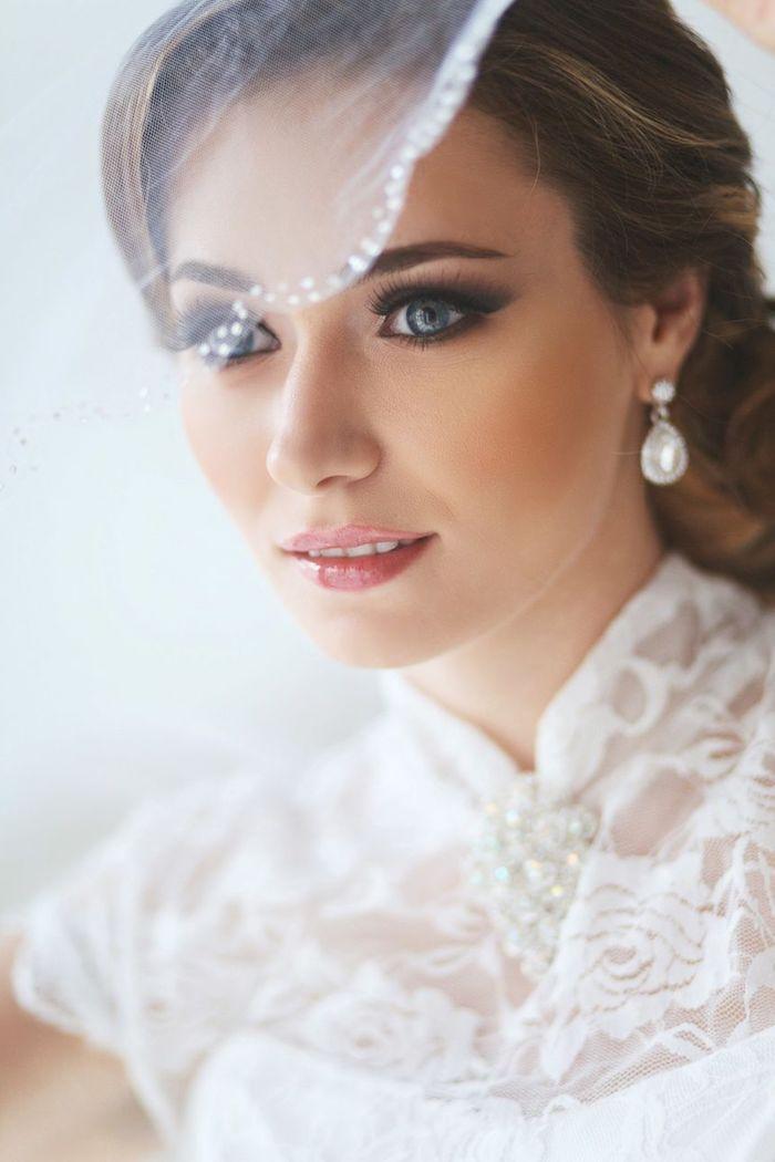 modele de coiffure, rouge à lèvres rose, broche en perles, maquillage yeux smoky