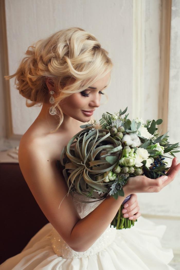 modele de coiffure, manucure nude, cheveux blonds, coiffure avec tresse, boucles d'oreilles gouttes