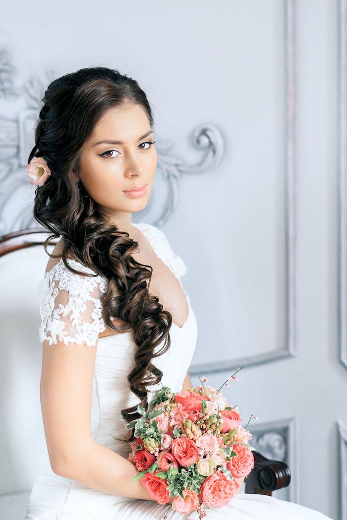 accessoire cheveux marriage, coupe de cheveux longs, couleur de cheveux noire, coiffure avec boucles