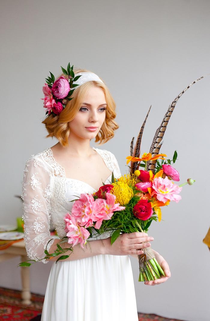 bijoux cheveux marriage, bandeau de cheveux avec fleurs fraîches, coupe de cheveux courts, coloration cuivré