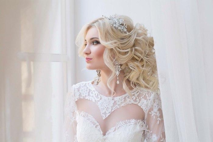 accessoire cheveux marriage, diadème en cristaux, boucles d'oreilles en cristaux, couleur de cheveux blonde