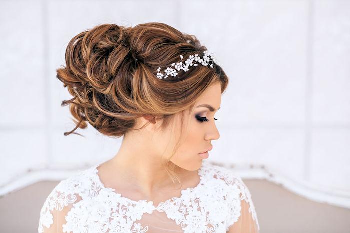 chignon marriage, coiffure avec diadème florale, rouge à lèvres nude, cheveux brun, chignon en boucles