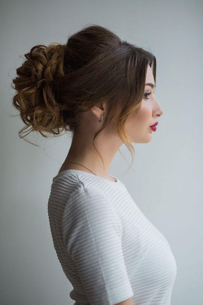 modele de coiffure, couleur de cheveux marron foncé, mèches brun, collier en or, boucles