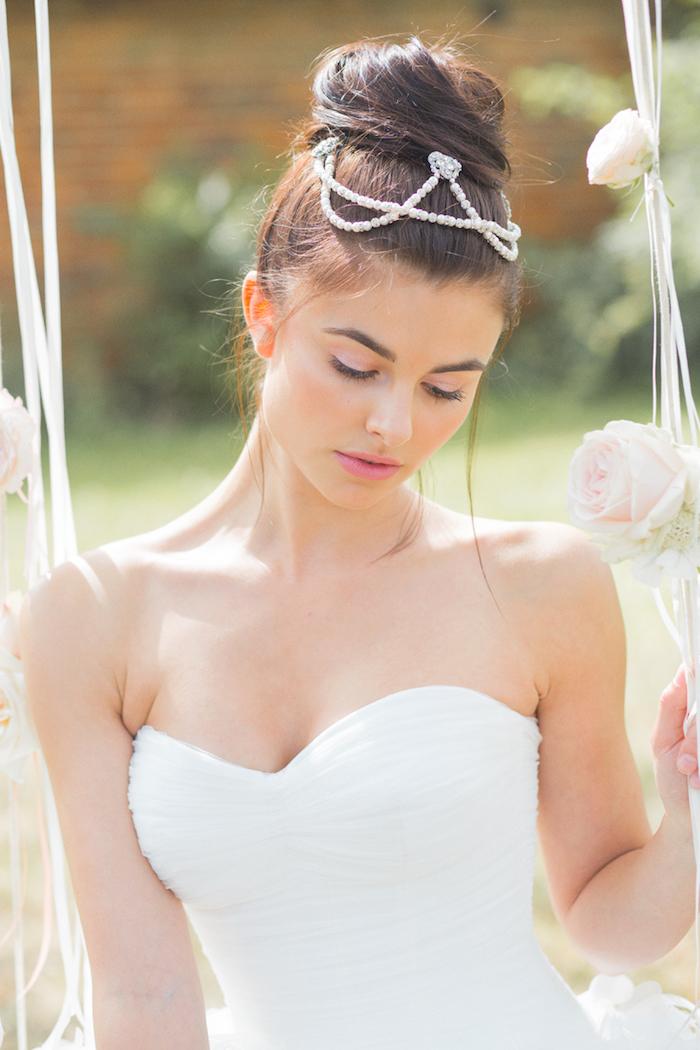 accessoire cheveux marriage, coloration marron, balançoire décorée avec roses, coiffure chignon