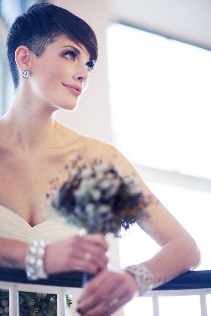 coiffure mariée, coupe de cheveux courts, bracelet en cristaux, bouquet de mariée, cheveux noirs