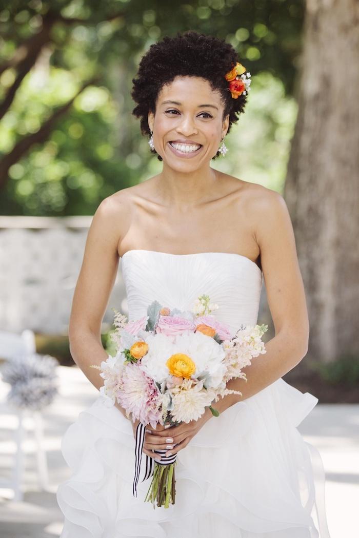coiffure mariée, manucure blanche, cheveux frisés, couleur de cheveux noirs, coupe de cheveux courts
