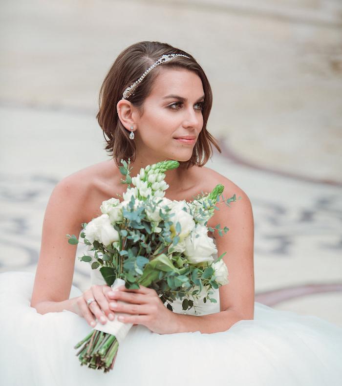 modele de coiffure, coupe de cheveux courts, coiffure avec diadème en cristaux, robe de mariée avec jupe en tulle