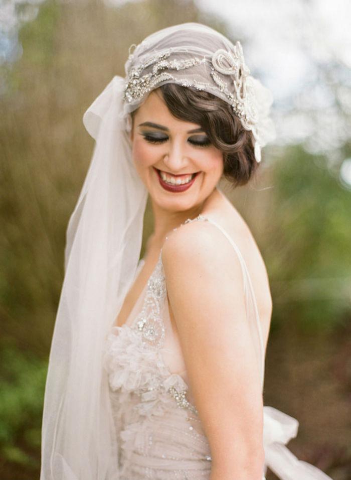 modele de coiffure, voile de mariée longue avec fleurs et cristaux, rouge à lèvres bordeaux