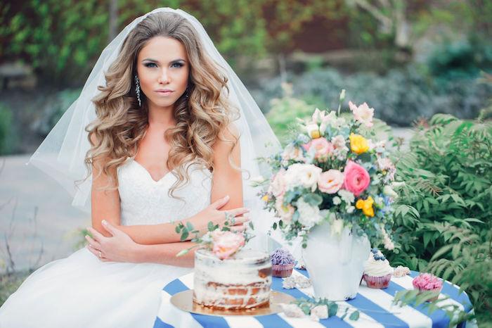 coiffure mariée, cheveux détachés, couleur de cheveux brun, boucles d'oreilles en cristaux