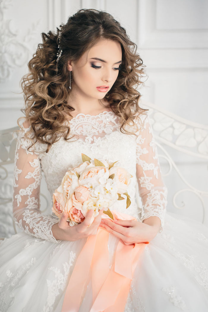 accessoire cheveux marriage, bouquet de mariée avec roses, robe de mariée avec manches longues