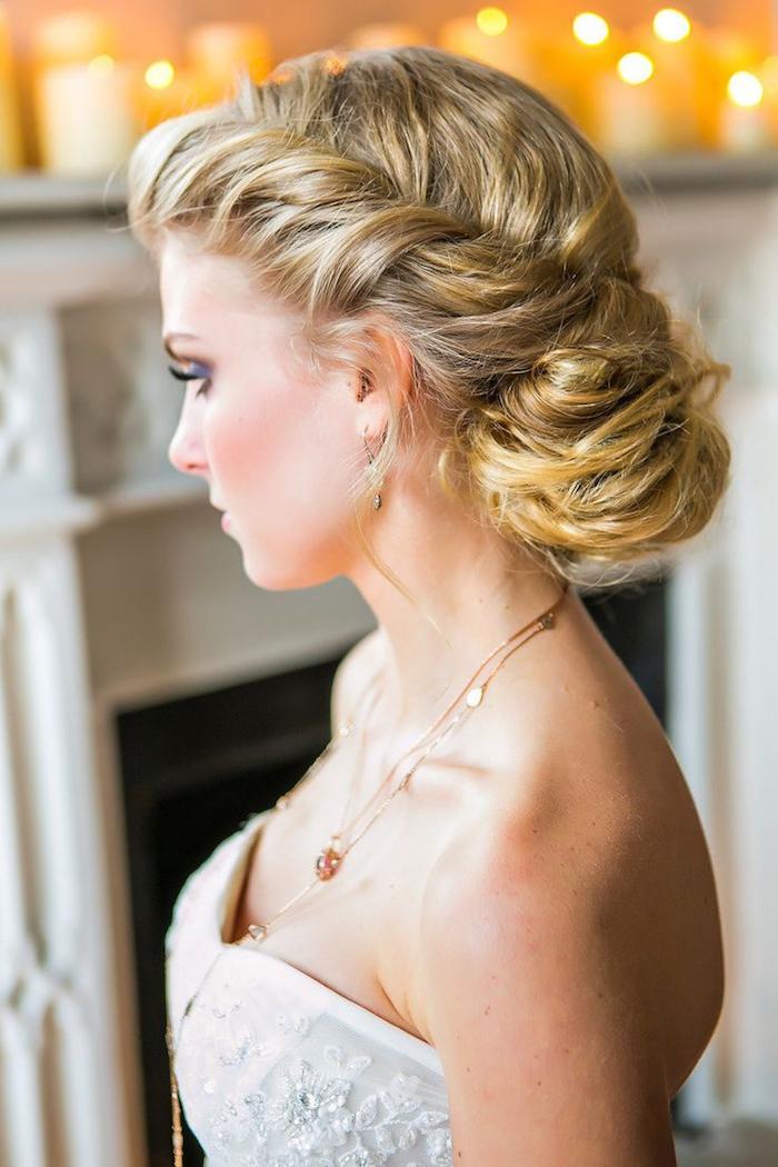 coiffure mariage cheveux long, collier pendentif or, maquillage smoky yeux, couleur de cheveux blond