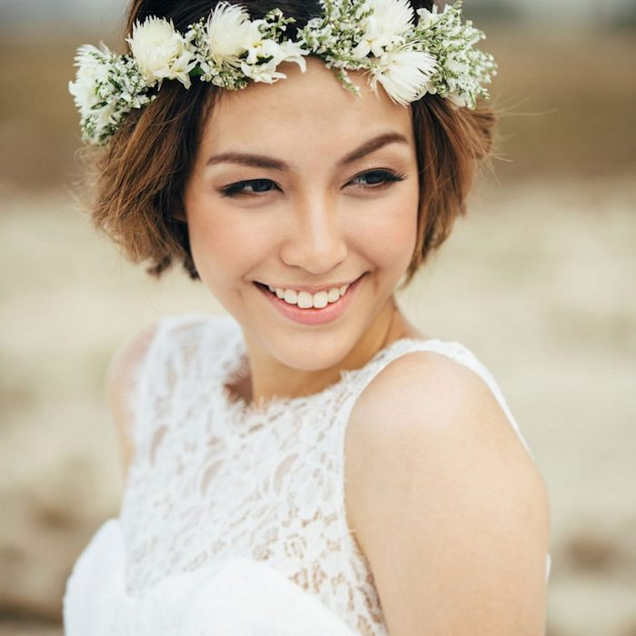 modele de coiffure, coupe de cheveux courts, couronnes de fleurs blanches, yeux smoky