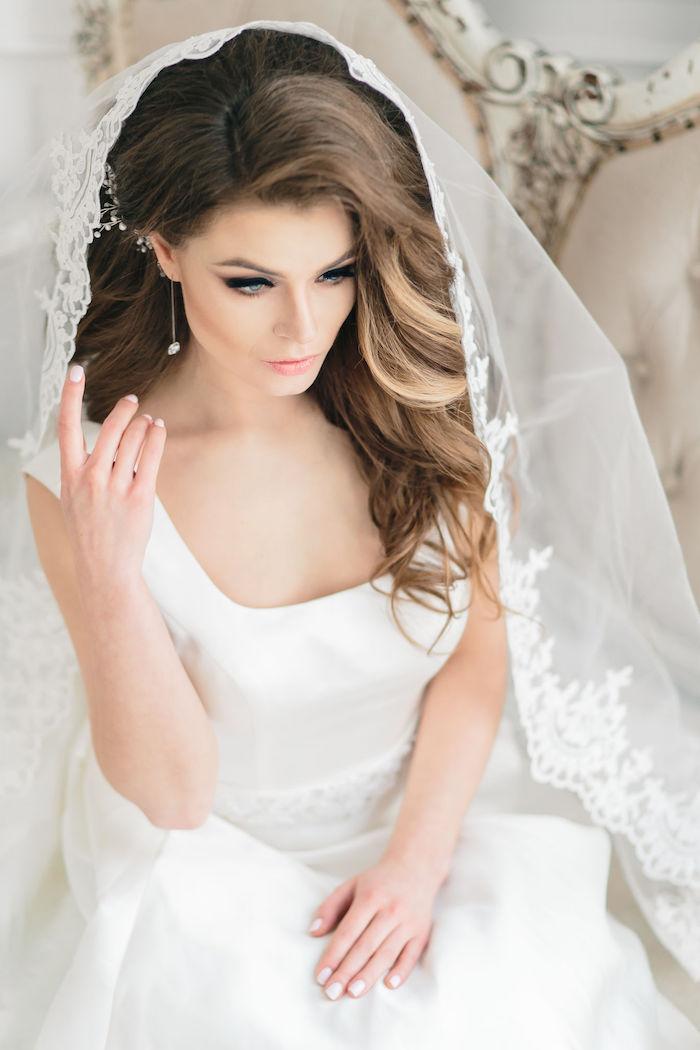 accessoire cheveux marriage, voile de mariée longue en dentelle, cheveux bouclés, couleur de cheveux brun