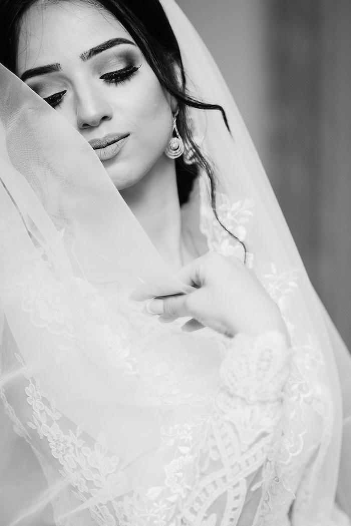 coiffure mariage cheveux long, boucles d'oreilles en cristaux, coiffure cheveux attachés en chignon
