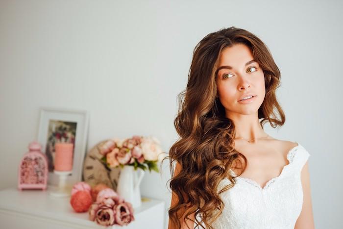 coiffure mariage cheveux mi long, bouquet de roses orange, cadre photo blanc, cage oiseaux rose, cheveux marron