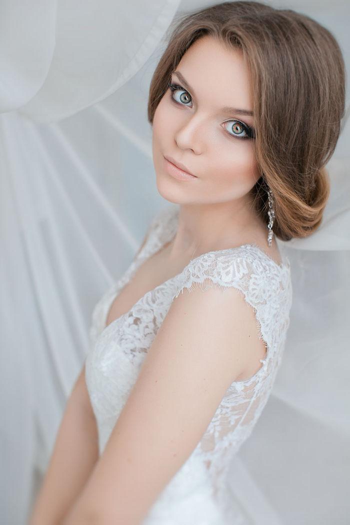 coiffure mariage facile, boucles d'oreilles en cristaux, robe de mariée en dentelle florale