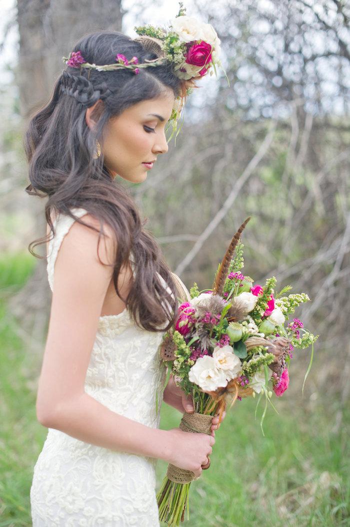 modele de coiffure, mariage style bohème, couronne de fleurs, cheveux longs