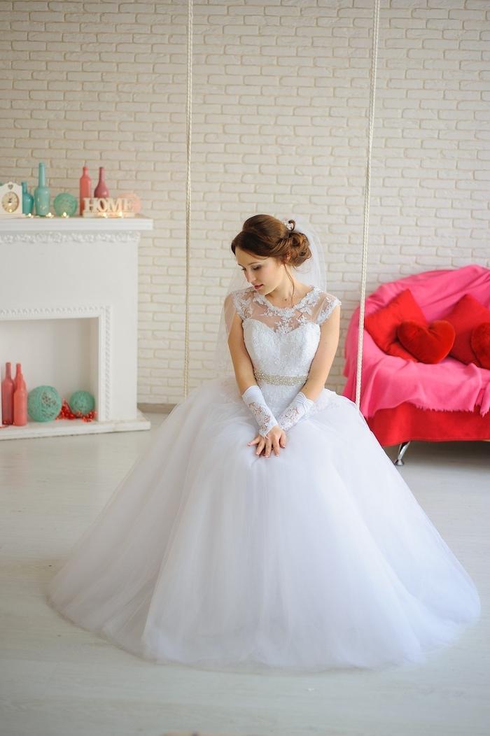 coiffure mariage cheveux long, gants en dentelle, couleur de cheveux châtain cuivré