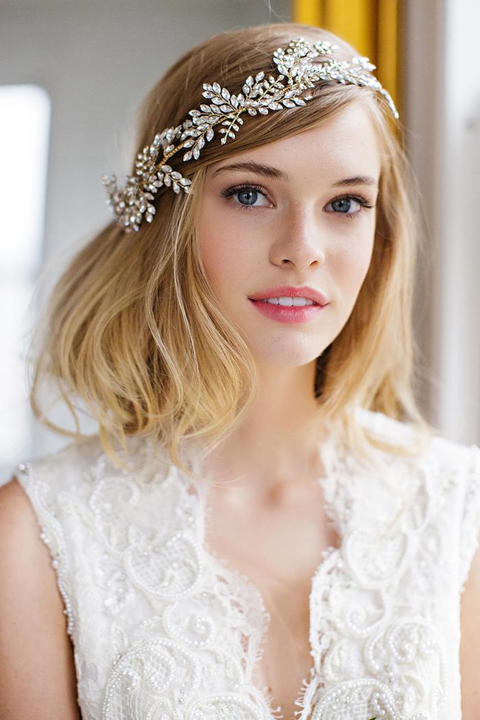 modele de coiffure, style bohème, coupe de cheveux mi longs, balayage californien, bijoux de tête