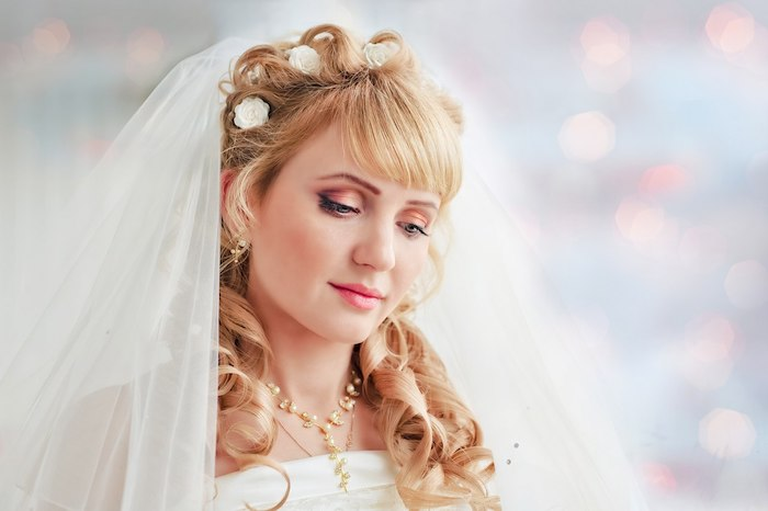 modele de coiffure, rouge à lèvres rose, fard à paupières orange, couleur de cheveux blond cuivré