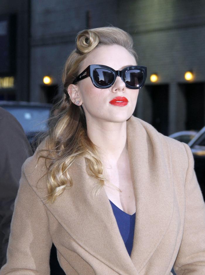 un look vintage élégant avec coiffure rockabilly à mèche enroulé et bouche rouge