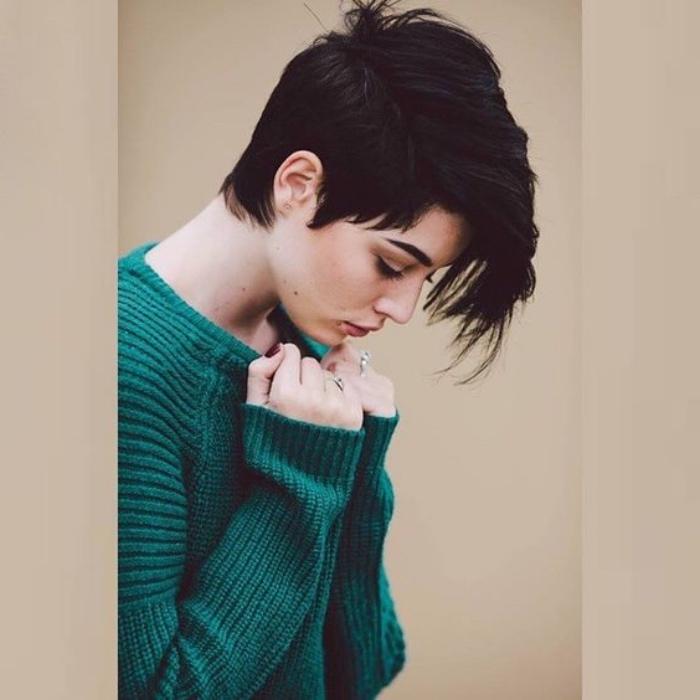 idée de coupe femme courte, modele de coiffure pixie avec une frange extra longue, style garçonne