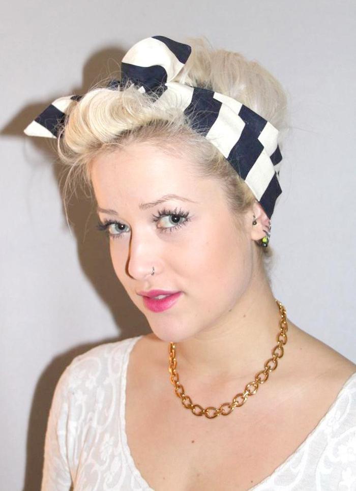 jolie coiffure rockabilly réalisée avec un bandana rayé, un chignon rétro maintenu par un bandana