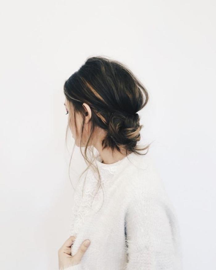 coiffure facile a faire, tresse simple transformée en chignon décoiffé, mèches libres de coté, modele de coiffure boheme chic
