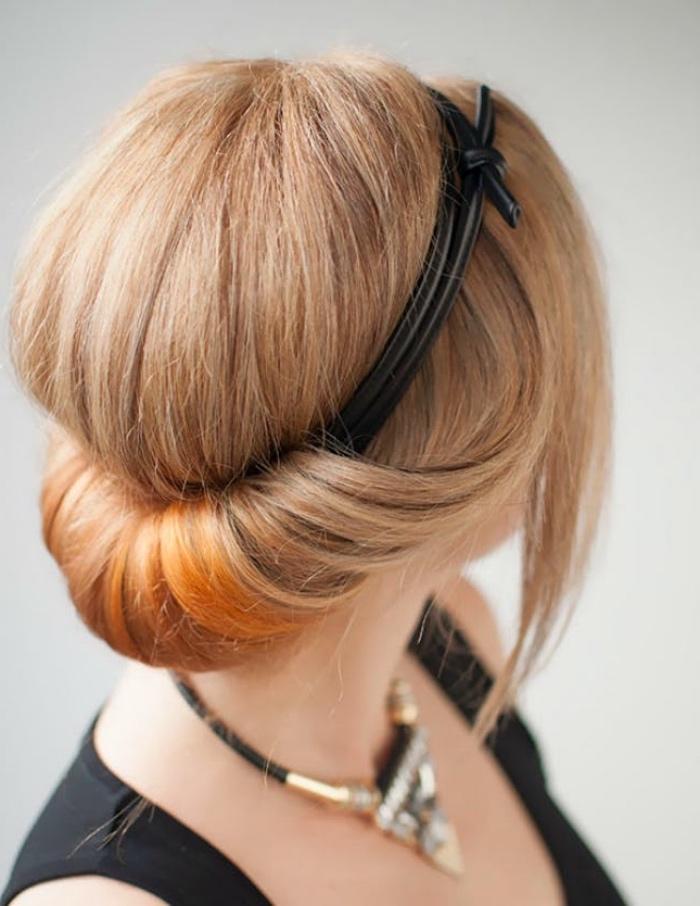 idée de chignon banane organisé autour d un serre cheveux noir, cheveux blond long avec des mèches orange, coiffure élégante
