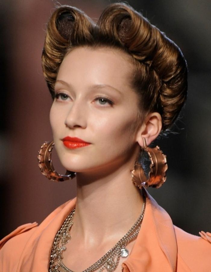 une coiffure des années 40 élégante et intemporelle, chignon à torsades à l'envers
