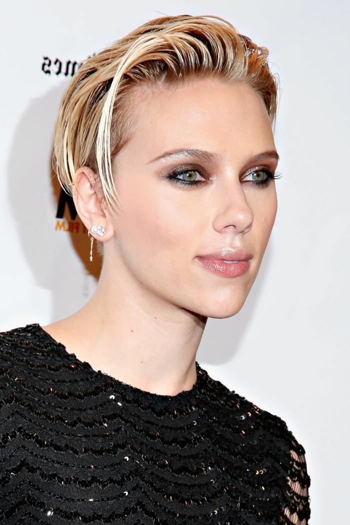 coiffures courtes femmes, cheveux courts, Scarlett Johansson, maquillage smokey eye