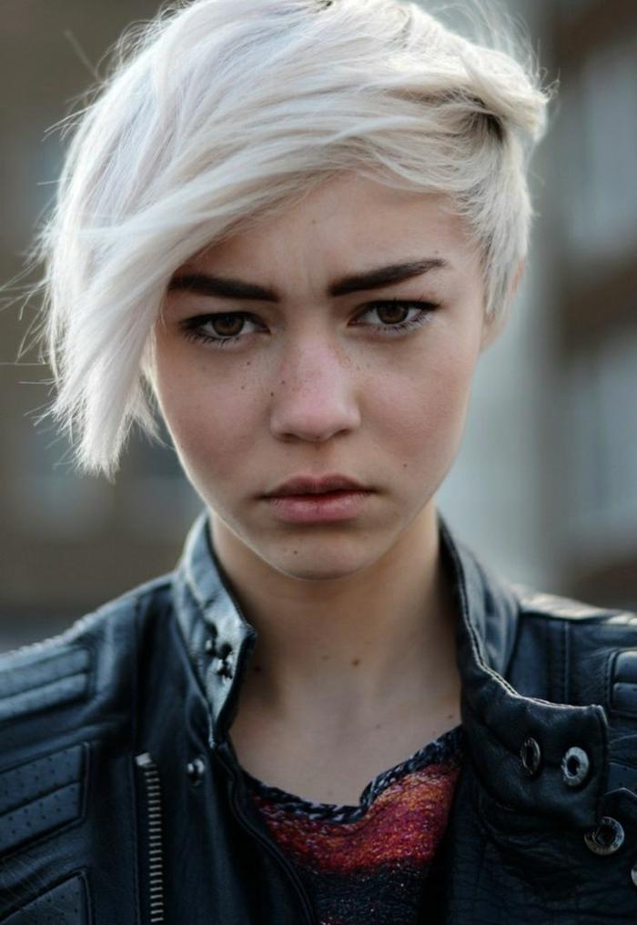 coiffures courtes femes, veste denim, sourcils noirs, coiffure asymétrique