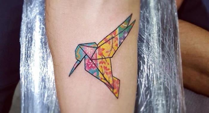 le tatouage avant bras se féminise avec un joli colibri en origami réaliste