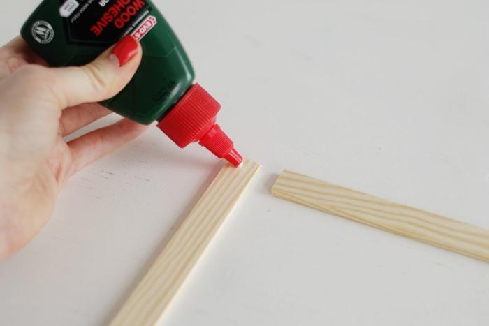 idée comment fabriquer un diy rangement chambre, organisateur accessoires vêtements à partir de lattes en bois, assemblées avec du vernis colle