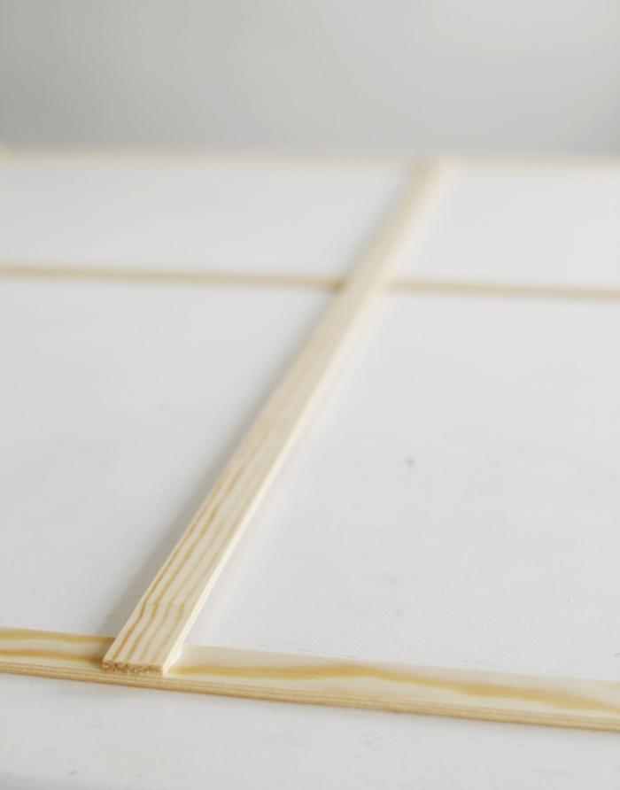 fixer les lattes en bois enseble avec de la colle, idée astuce rangement pour vêtements, accessoires, décoration