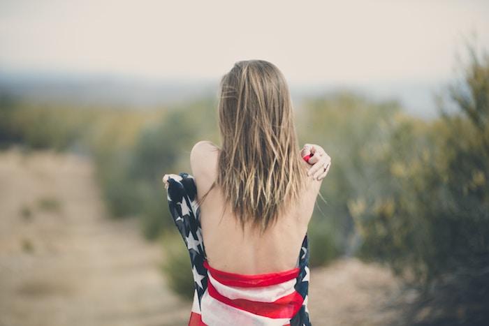 blond cendré, écharpe longue à motif drapeau américain, cheveux longs et lisses, femme sur la plage