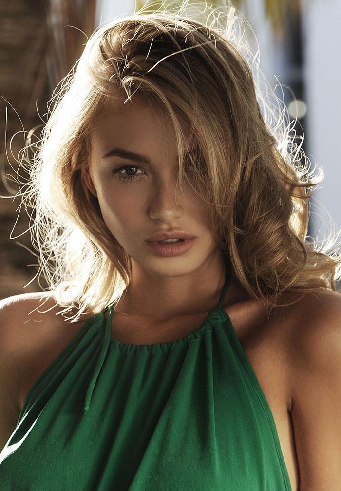 meche blonde, robe avec col en vert, cheveux bouclés en blond doré, coupe de cheveux mi longs