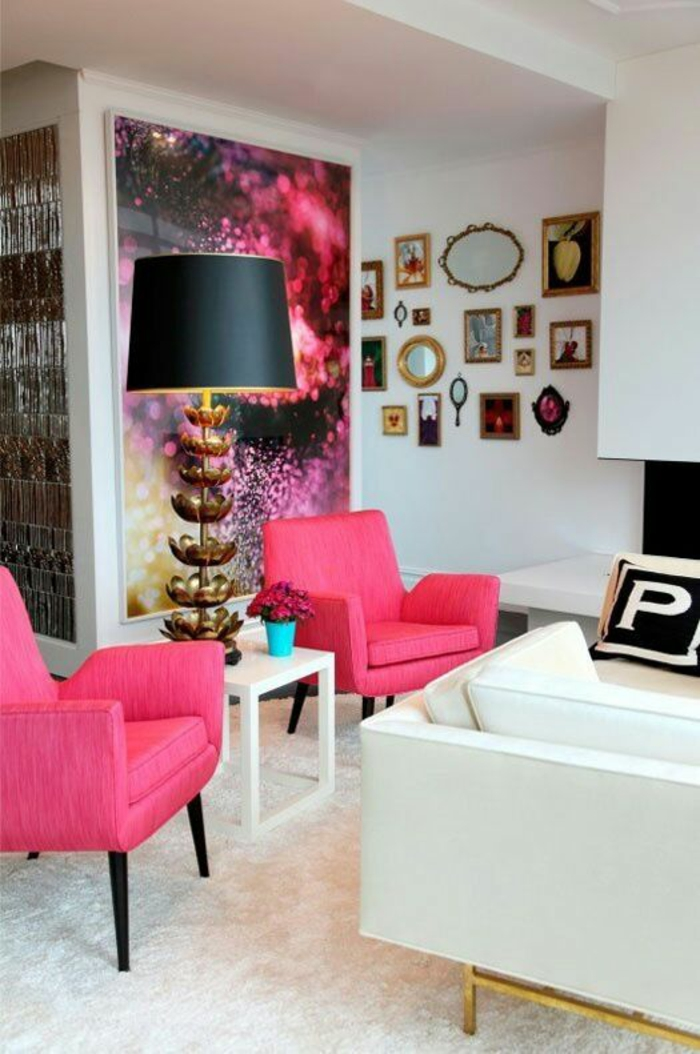 couleur magenta dans un salon en blanc avec un panneau decoratif et plein de mini tableaux piece luxueuse