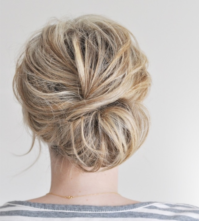 chignon facile et rapide, effet bohème et décoiffé, idée de coiffure de tous les jours femme, style bohème