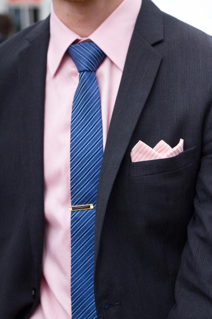 costume foncé cravate chemise bleu rose homme
